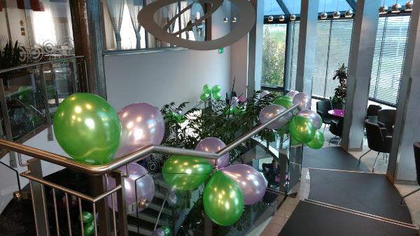 Balony z helem - wystój balustrady hotelowej