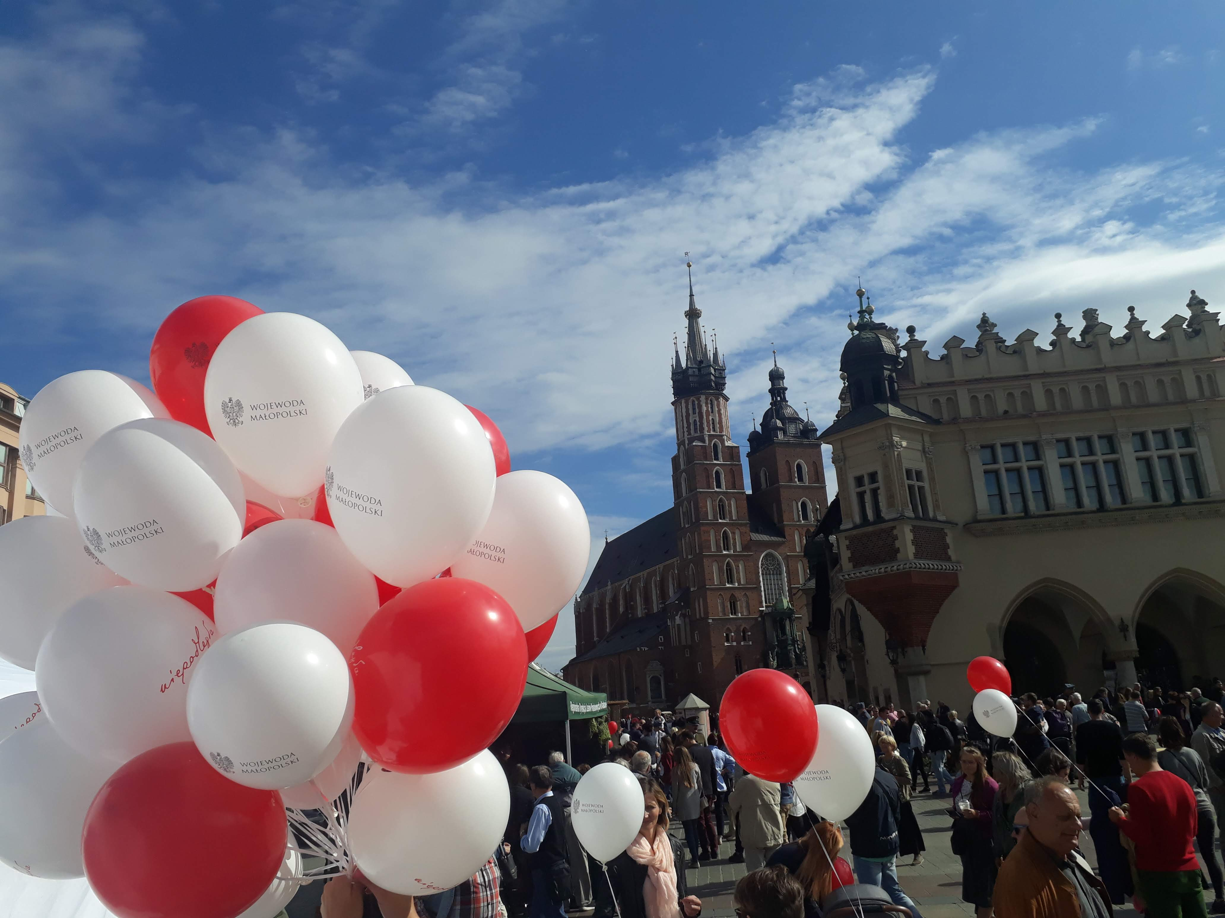 Balony z logo niepodległa na rynku krakowskim